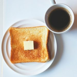 パンとコーヒーの朝食